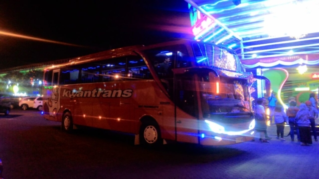 Bus Kwantrans Orange Malam